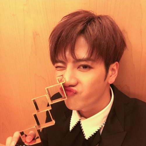 แจ็คสัน GOT7 ชนะรางวัล 'Popular Artist of the Year' ที่งาน Sina Weibo Night Awards 2016