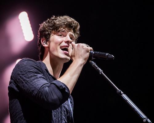 """""""Shawn Mendes"""" หล่อสะกดทุกสายตา เปิดการแสดงเต็มอิ่ม เรียกเสียงกรี๊ดจากแฟนเพลงกระฮึ่มฮอลล์"""