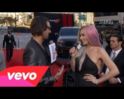Ke$ha - Red Carpet Interview (2013 AMAs)
