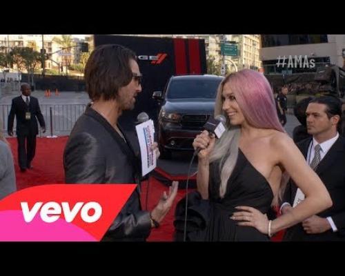 Ke$ha - Red Carpet Interview (2013 AMAs)